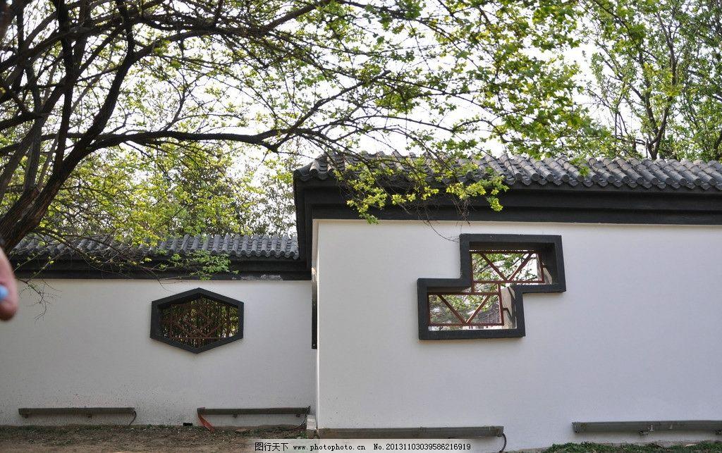 仿古 徽式建筑 复古 绿树 窗户 白墙 树林 绿色 意境 素材 园林建筑图片