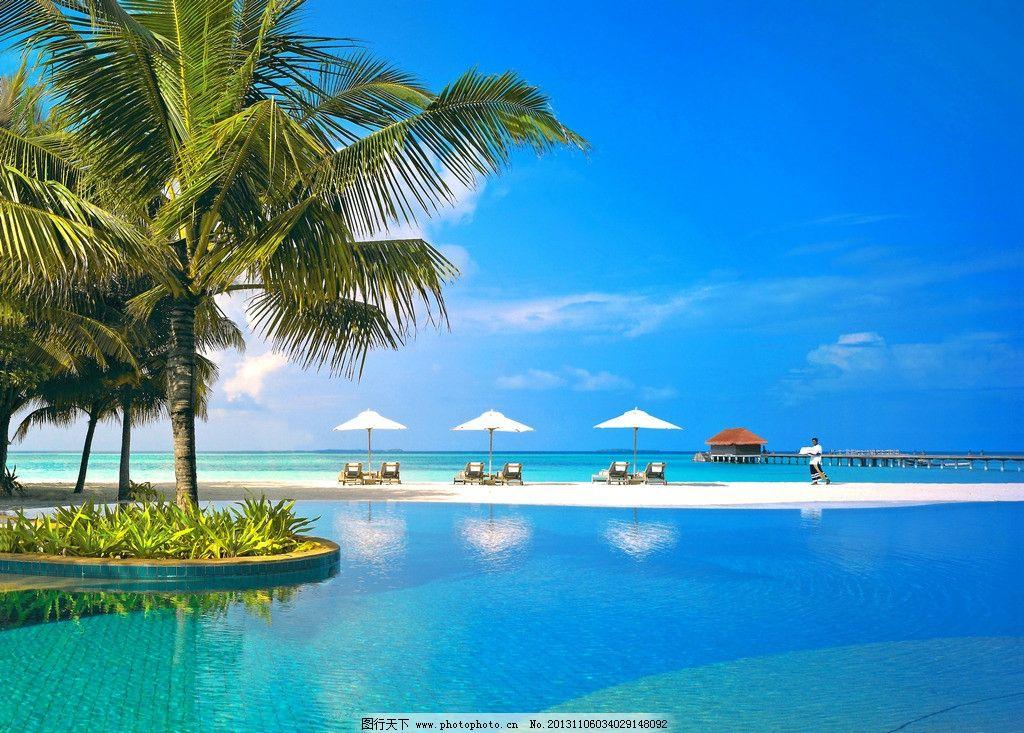 白云 海岛 游泳池 太阳伞 躺椅 椰子树 栈桥 酒店 别墅 建筑 度假村