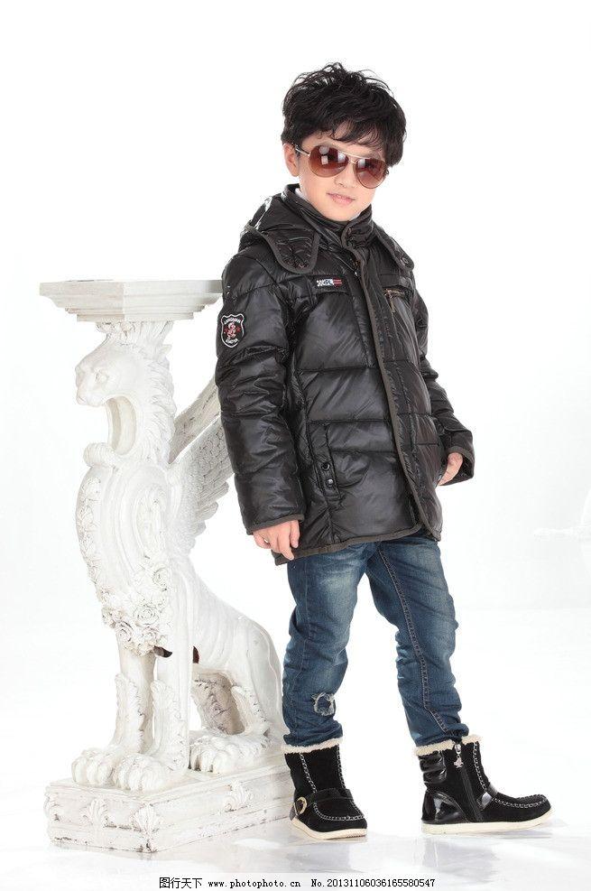服装模特 童装 儿童服装 坐 羽绒服 熊 沙发 兰色 靴子 毛毛熊图片