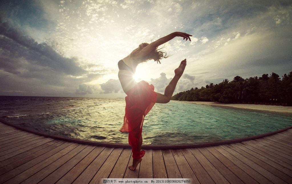 海边跳芭蕾舞的女孩图片