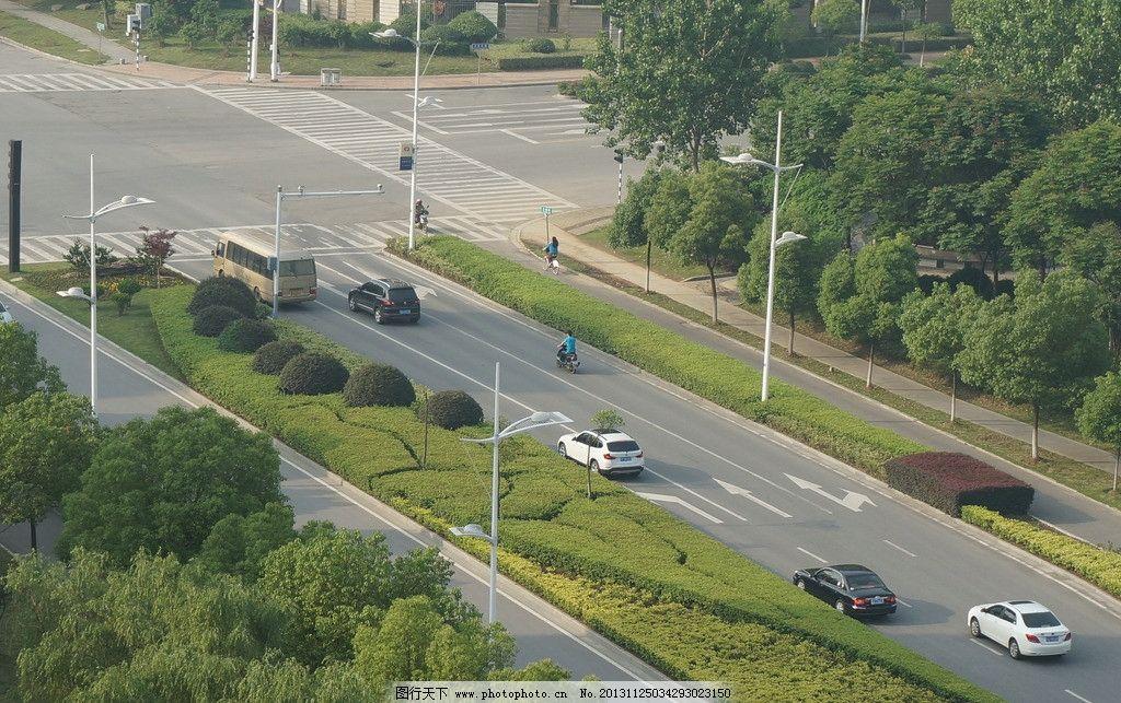 十字路口 南京仙林 绿化 道路标志线 汽车 探头 灯杆 灯 人文景观