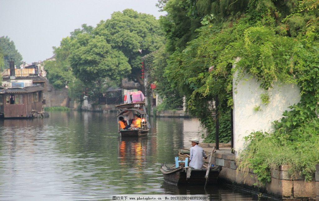 坐船的人们 树木 水面 倒影 波纹 人们 天空 自然风景 自然景观 摄影