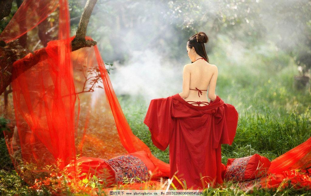 红衣美女图片