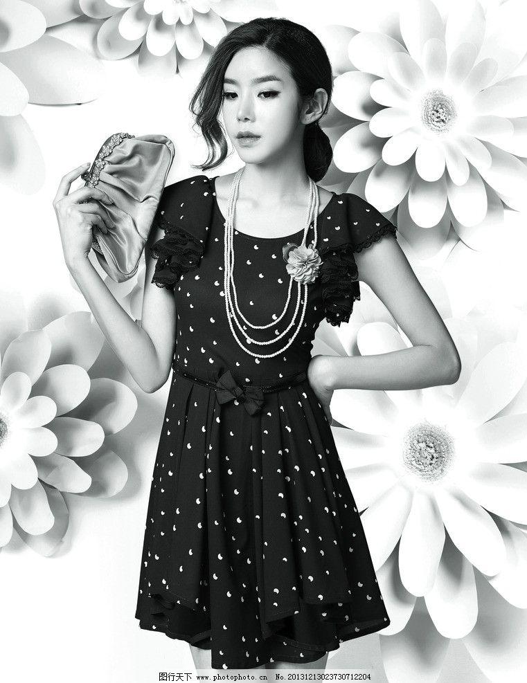 黑白人物图 花纹背景 韩版服饰 服装模特 美女 服装画册设计素材 长裙