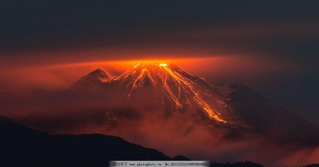 喷发火山图片